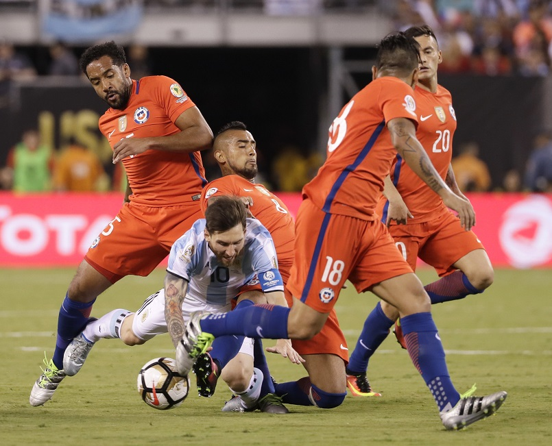Argentina's Lionel Messi (10) is fouled by Chile's Arturo Vidal (8) during the second half of the Copa America Centenario championship soccer match, Sunday, June 26, 2016, in East Rutherford, N.J. (AP Photo/Matt Slocum)